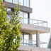 De bewoners kijken door enorme ramen uit op onder andere het Vlinderpaleis, de Schelde en een parktuin.