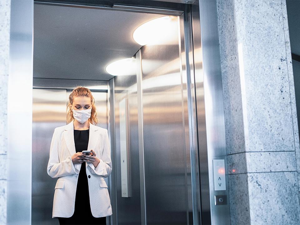 Woman wearing mask kopiëren